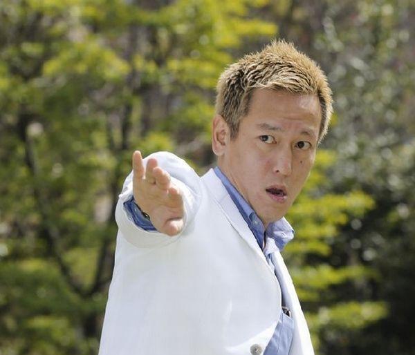 共通の美容師いわく、本田「知ってますよ」(C)日刊ゲンダイ