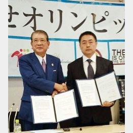 全空連の笹川尭会長(左)と極真会館の松井章圭館長が握手(C)日刊ゲンダイ