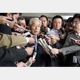 囲み取材に応じるテレビ朝日の福田専務(C)日刊ゲンダイ