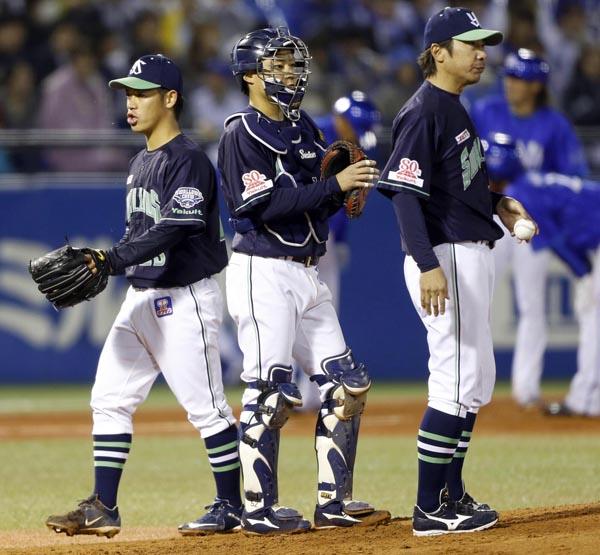 無念の降板となった小川(左)(C)日刊ゲンダイ