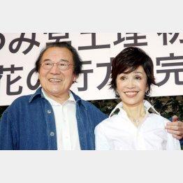 故・愛川欽也さんとうつみ宮土理夫妻(C)日刊ゲンダイ