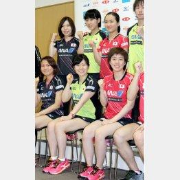 伊藤美誠(後列右から2番目)と平野美宇(同3番目)