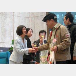 久美子氏に握手を求める客(C)日刊ゲンダイ
