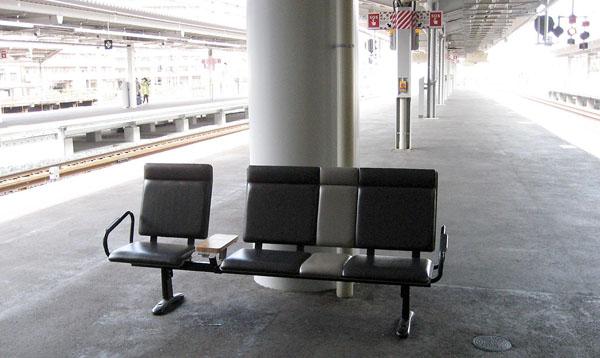 新大阪駅ホームのベンチ(C)日刊ゲンダイ