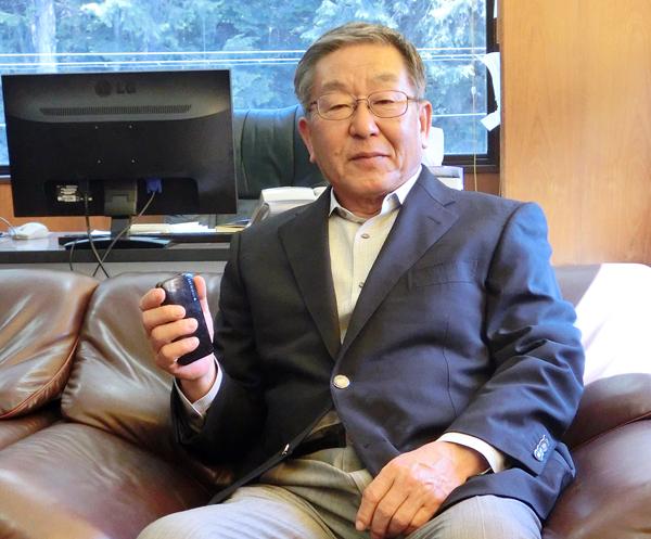 当然、岩田社長もまだガラケー(C)日刊ゲンダイ