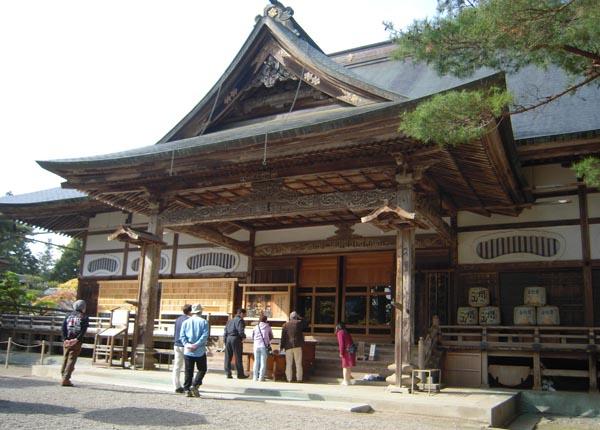 岩手県平泉の中尊寺本堂も観光客は減少傾向(C)日刊ゲンダイ
