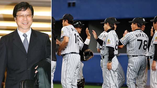 南球団社長(左)と選手を出迎える和田監督(C)日刊ゲンダイ
