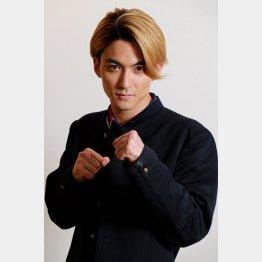 不良高校生役を演じる(C)日刊ゲンダイ