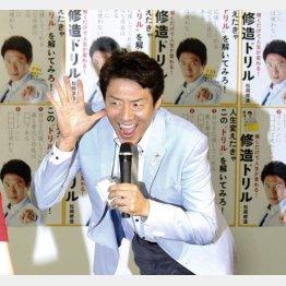 会場の窓から登場(C)日刊ゲンダイ