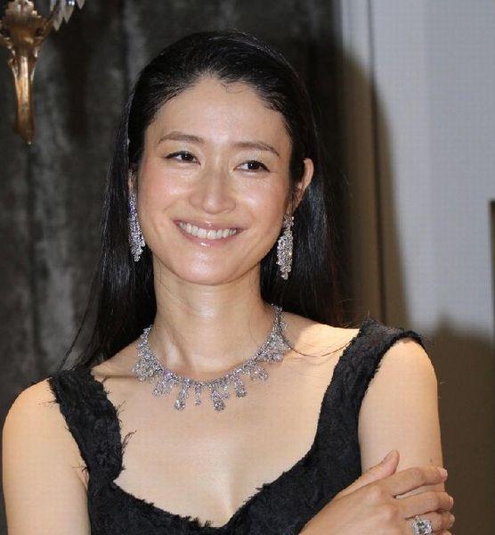 黒いドレスに黒い髪、ダイヤのアクセサリーが美しすぎる女優・小雪