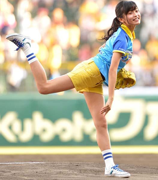 美脚がキラリ(C)日刊ゲンダイ