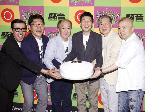 左から岩井ジョニ男、飯尾和樹、温水洋一、関根勤、村松利史、酒井敏也(C)日刊ゲンダイ