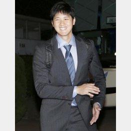 スーツを含め必要なところにはカネを使う(C)日刊ゲンダイ