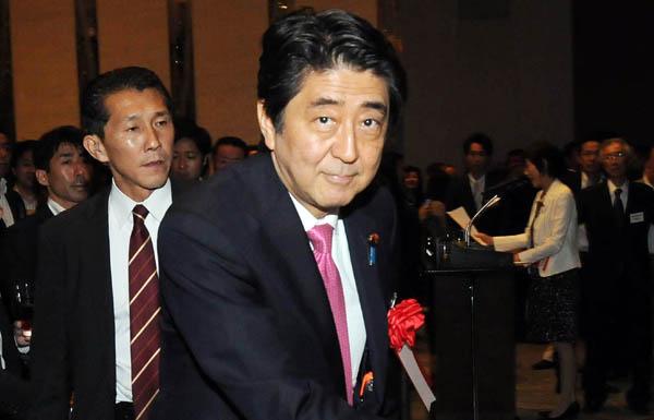 中国脅威論にニンマリか(C)日刊ゲンダイ