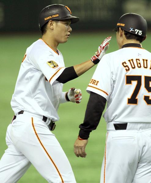 ソロ本塁打を放った坂本も微妙な表情(C)日刊ゲンダイ