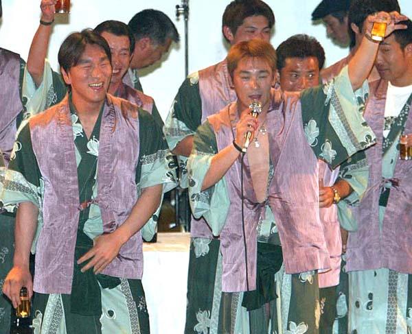 巨人の納会を盛り上げる筆者(右)と松井(C)日刊ゲンダイ