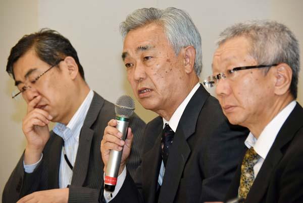情報漏れの説明をする日本年金機構の水島理事長(中央)/(C)日刊ゲンダイ