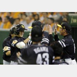 7日の巨人戦でプロ初本塁打の高田(左)を出迎える工藤監督(C)日刊ゲンダイ