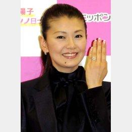 この指輪も自腹(2011年の結婚会見)/(C)日刊ゲンダイ