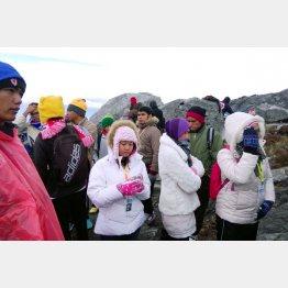 救援ヘリを待つキナバル山の登山者ら(C)日刊ゲンダイ