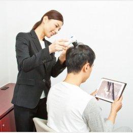 毛髪診断士によるヘアチェックの様子