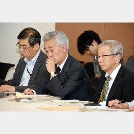 日本年金機構の水島理事長(央)/(C)日刊ゲンダイ