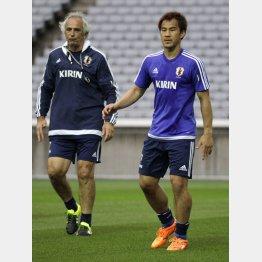 FW岡崎とハリルホジッチ監督(C)日刊ゲンダイ