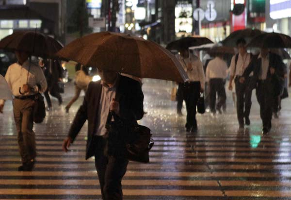 庶民の生活はドシャ降り続き(写真はイメージ)/(C)日刊ゲンダイ