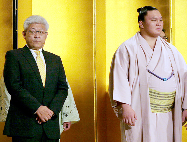 白鵬(右)と宮城野親方/(C)日刊ゲンダイ