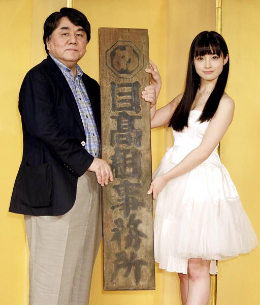 左から原作者の赤川次郎、橋本環奈(C)日刊ゲンダイ