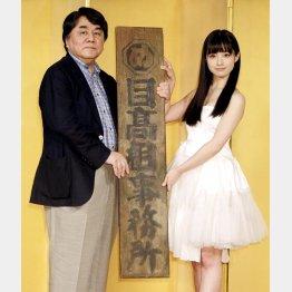 左から原作者の赤川次郎、橋本環奈