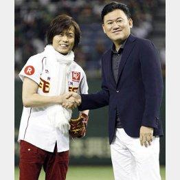 始球式を行ったつんく(左)と握手する三木谷オーナー(C)日刊ゲンダイ