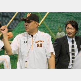 村田コーチ(左)と筆者(C)日刊ゲンダイ
