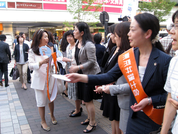 声を上げる女性弁護士たち(C)日刊ゲンダイ