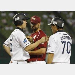"""十回裏、四球を選んだ秋山はコーチと""""グータッチ""""(C)日刊ゲンダイ"""