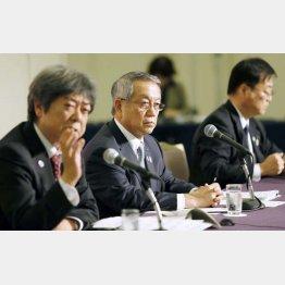 国立競技場将来構想有識者会議での河野JSC理事長(中央)ら(C)日刊ゲンダイ