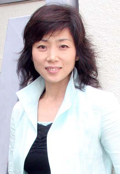 黒いシャツに白いジャケットを着ている前髪ありスタイルの藤吉久美子の画像