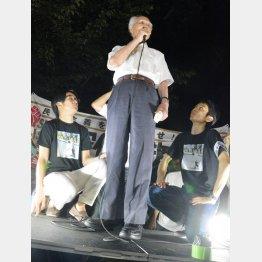 集会で挨拶する村山元首相(C)日刊ゲンダイ