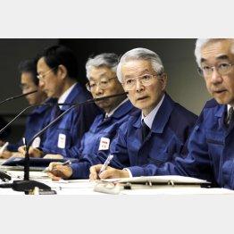 2011年3月会見時の武藤元副社長(右端)と勝俣元会長(右から2番目)(C)日刊ゲンダイ