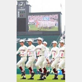 開幕式ではチームの先頭で入場行進(中央)/(C)日刊ゲンダイ
