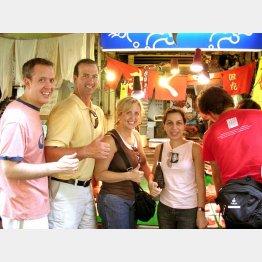 外国人観光客は日本にとって救世主(C)日刊ゲンダイ