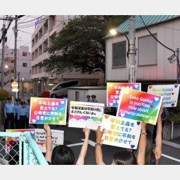 政党本部前で沈黙のアピール(C)日刊ゲンダイ