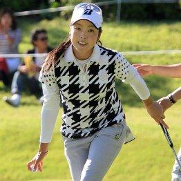芹沢信雄プロのアシストで初優勝した西山ゆかり(C)日刊ゲンダイ
