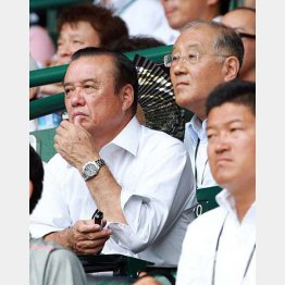 阪神の中村GM(左)と坂井オーナー(C)日刊ゲンダイ