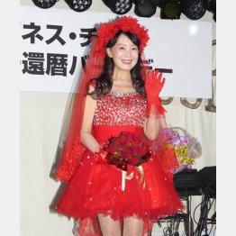 真っ赤なミニのドレスで登場(C)日刊ゲンダイ