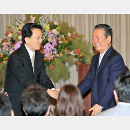 達増岩手県知事と握手する小沢一郎氏(C)日刊ゲンダイ