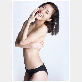 松井珠理奈の手ブラ写真(C)渡辺達生/週刊プレイボーイ