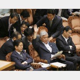大勢からレクチャーを受ける中谷元防衛相(中央)(C)日刊ゲンダイ