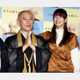 山本美月(右)もナデナデ(C)日刊ゲンダイ