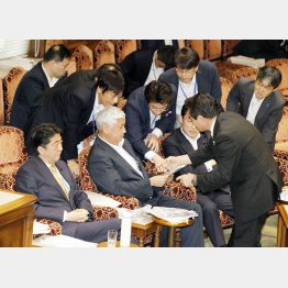 参院平和安全法制特別委でたくさんの官僚にレクチャーを受ける中谷防衛相(C)日刊ゲンダイ